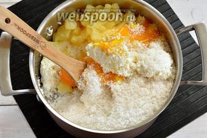 Готовим творожную начинку. Творог (600 г) пропустить 2 раза через мясорубку с мелкой решёткой. Соединить творог с 3 желтками, сахаром (0,75 стакана), ванильным сахаром (20 г), манкой (2 ст. л.), разрыхлителем (1 ст. л.), ванильным пудингом (1 пачка), кокосовой стружкой (100 г), нарезанными консервированными ананасами (350 г). Тщательно перемешать.