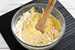 Соединить взбитые желтки, растёртую с маслом муку, сметану (4 ст. л.).