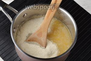 Переложить лимонную массу в кастрюлю. Вмешать манную крупу (5 ст. л.).