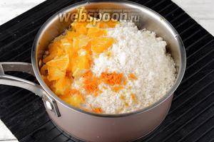 1 половину апельсина вымыть. Снять с апельсина цедру, удалить белую прослойку, а мякоть нарезать кусочками. Соединить сливы, сахар (400 г) и апельсин. Перемешать. Оставить на 2 часа для того, чтобы сливы пустили сок.