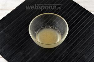 Желатин (6 г) замочить в воде (40 мл) и оставить до полного набухания.