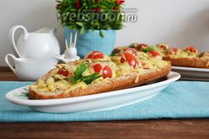 Пиццу подать на стол сразу же после духовки, выложив сверху по несколько листиков петрушки.