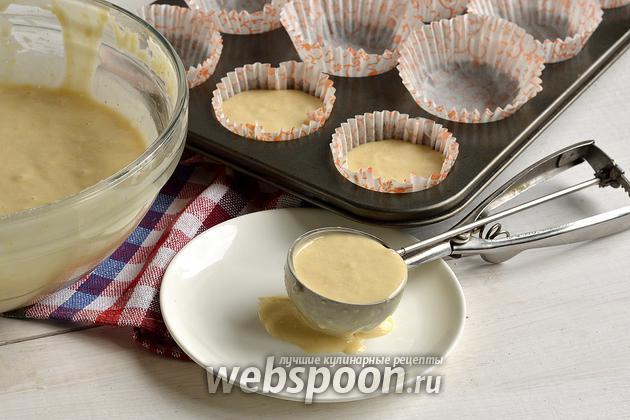 Фото Как переложить жидкое тесто из миски в формочки