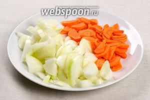 Почистить и порезать лук (2 штуки) и 2 моркови.