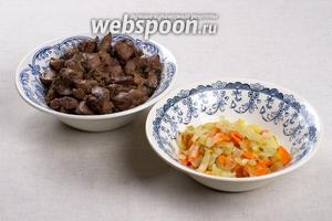 Отдельно, на растительном масле, обжарить печёнку (700 г) и лук с морковкой.