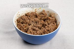 Перекрутить на мясорубке или блендере печёнку и лук с морковкой, пока они горячие. Добавить соль и перец по вкусу.