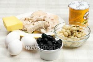 Для приготовления салата понадобятся яйца, маринованные грибы — шампиньоны, куриное филе, маслины, чипсы Pringles оригинальные (Original) и майонез.