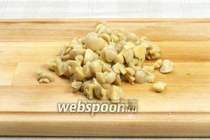 Порезать маринованные грибы.