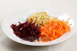 Очищенные яблоки, свёклу и морковку потереть на крупной тёрке, а чеснок выдавить через чеснокодавилку. Салат «Здоровье» заправить майонезом и добавить пару ложек грецких орехов.
