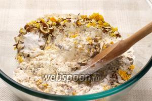 Соединить муку, цедру, молотые орехи и разрыхлитель.