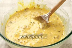 В сухую смесь добавить взбитые яйца с сахарной пудрой и оливковым маслом.  Яйца с пудрой взбить добела миксером, а масло вводить медленно тщательно перемешивая до однородного состояния.