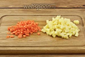 Чистим картофель (3-4 штуки) и морковь (1 шт.), режем овощи средними кубиками.