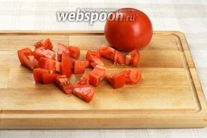 Помидоры 2 штуки помыть и порезать кубиками. Для салата помидоры надо брать с плотной мякотью.