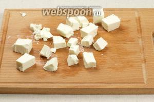 Сыр порезать кубиками, так же вместо сыра Фета можно взять брынзу.