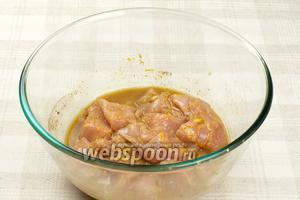 Полученной смесью натереть куриное филе, которое предварительно необходимо помыть, просушить и порезать на средние кусочки. И оставить мариноваться около 1 часа.