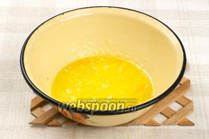 Со второго апельсина снять цедру и смешать ее с растопленным сливочным маслом.