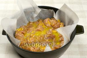 Филе выложить в форму, застеленную пергаментной бумагой, посолить, полить немного сливочным маслом с цедрой и поставить в разогретую духовку до 200 °С на 10 минут, затем достать филе и выложить сверху порезанные апельсины, полить оставшимся соусом и готовить еще 15-20 минут.
