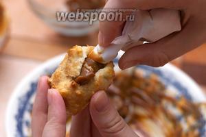 Через кондитерский мешок или через пакет из плотной бумаги вводим начинку в пирожное.