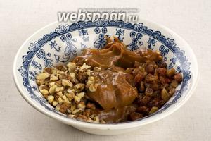 Приготовить начинку — смешать сгущёнку, порезанные грецкие орехи, промытый и просушенный изюм.