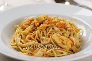 Подавать спагетти с рыбой немедленно, посыпав горстью мелко порубленной петрушки.