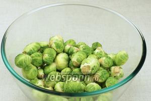 У брюссельской капусты удаляем верхние листики.