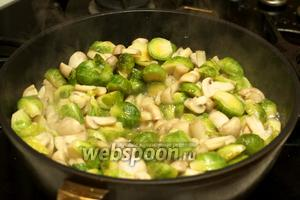Разогреваем растительное масло на сковороде с толстым дном и отправляем тушиться овощи под крышкой на 25-30 минут на среднем огне, иногда помешивая — капуста должна стать мягкой.