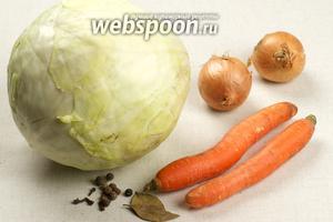 Для приготовления тушёной капусты на сковороде возьмём также морковь, репчатый лук, томатную пасту и специи.
