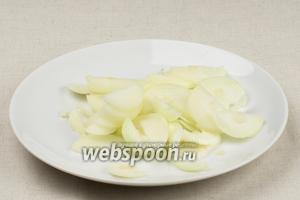 2 средние луковицы режем полукольцами.
