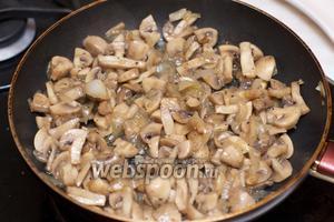Грибы и лук отправляем жариться на растительном масле на 25 минут, в конце добавляем соль и перец по вкусу.