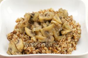 Перед подачей в кашу добавляем немного сливочного масла и сверху выкладываем грибы.