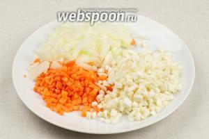 Лук, морковь и сельдерей очистить и порезать на мелкие кубики.