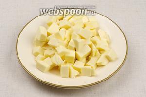 Плавленный сырок мелко порезать, лучше брать сырки без добавок - классического сливочного вкуса.