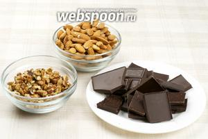 Для приготовления торта возьмём чёрный шоколад, грецкие орехи, миндаль, яйца и сахар.