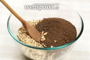 Для приготовления начинки в блендере надо измельчить орехи и шоколадные плитки в среднюю крошку.