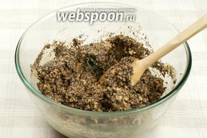 Полученную массу смешать с измельчёнными орехами и шоколадом.