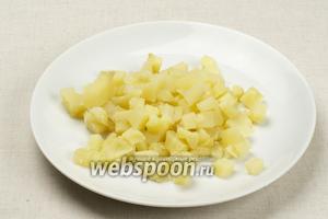 Чистим и режем кубиками отваренный картофель.