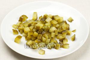 Солёные огурцы режем кубиками. Если салат на вкус получается пресноватым, то огурцов можно добавить больше.