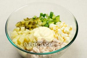 Для заправки салата берём 2-3 столовых ложки постного майонеза жирностью 72%. Украсить оливье можно свежим зелёным луком или зеленью.