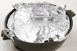 Форму для выпекания или сковороду застилаем фольгой и смазываем 1-2 столовыми ложками растительного масла.
