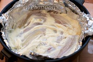 Через 10 минут вынимаем филе из духовки и смазываем 3-4 столовыми ложками сметаны и опять отправляем в духовку на 10 минут, фольгу не закрываем.
