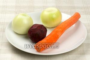 Овощи надо помыть и почистить, понадобится 1 небольшая свёкла и морковь, и 2 средних луковицы.