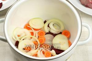 Берем большую кастрюлю, лучше более плоскую, чтобы рыба лежала в 1-2 слоя, и выкладываем на дно половину овощей.