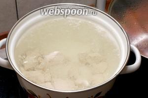 Положить куриное филе к кастрюлю и залить 2литра холодной воды. Варить на очень медленном огне с момента закипания 35-40 минут, снимая пену.