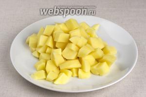 Картофель помыть, почистить и порезать кубиками. Когда филе будет готово, картофель опустить в кастрюлю и варить 15-20 минут до готовности. Добавить специи.