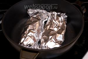 Выложить сёмгу в фольге на противень. Поставить в разогретую духовку до 180°С на 30-35 минут.