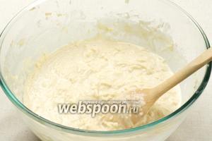 Готовое тесто хорошо перемешать, можно добавить 1 зубчик чеснока, выдавленный через пресс.