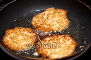 Жарим драники на растительном масле (2 ст. л.) в хорошо разогретой сковороде, с двух сторон до золотистого цвета.