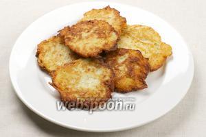 Подавать драники из картофеля сразу — горячими и со сметаной.