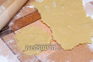 Раскатать из теста пласт толщиной 5-10 мм и разделить его на основания для ватрушек —  получится 7-8 штук.