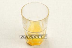 Отдельно в стакане взбить яйцо с сахаром и щепоткой соли.
